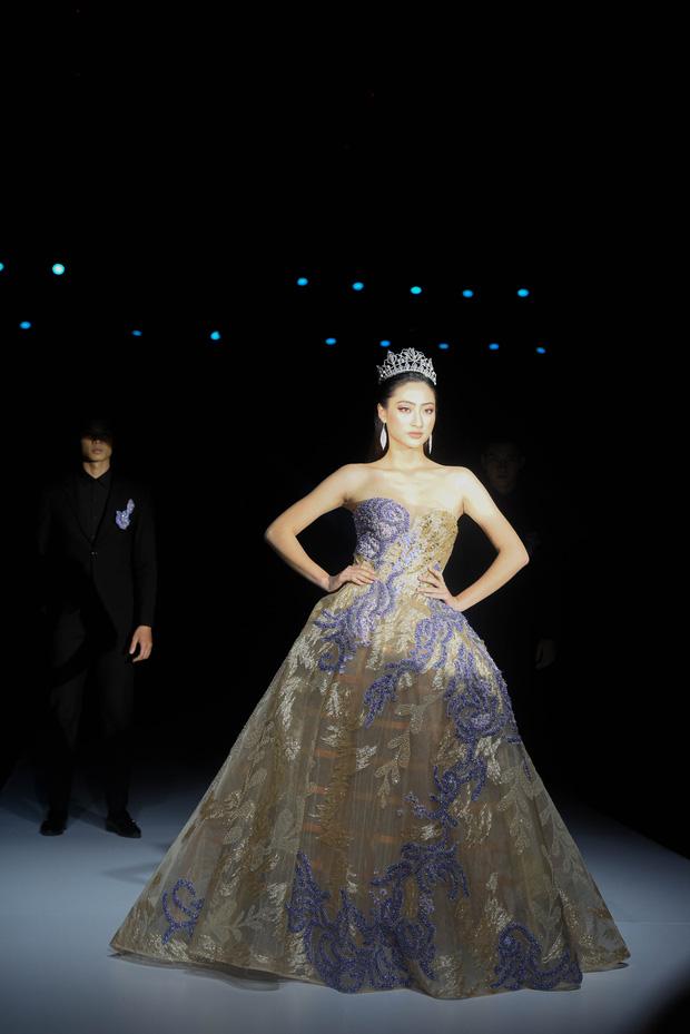 Á hậu Hoàng Thùy mở màn, Hoa hậu Lương Thùy Linh làm vedette trong show diễn khai mạc AVIFW Thu Đông 2019 - Hình 4