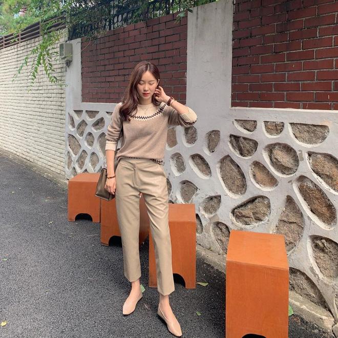 Diện với áo gì cũng auto đẹp lại hô biến chân thon dài, quần ống suông chính là item bạn nên tích cực diện Thu Đông này - Hình 14