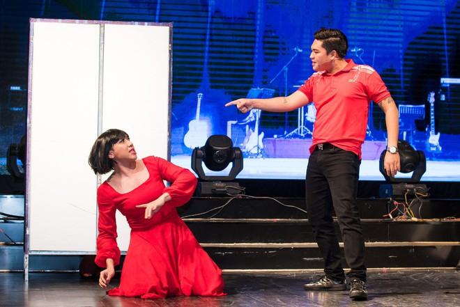 Hoài Linh, Trấn Thành và các nghệ sĩ gắn bó với sân khấu Trống Đồng - Hình 3
