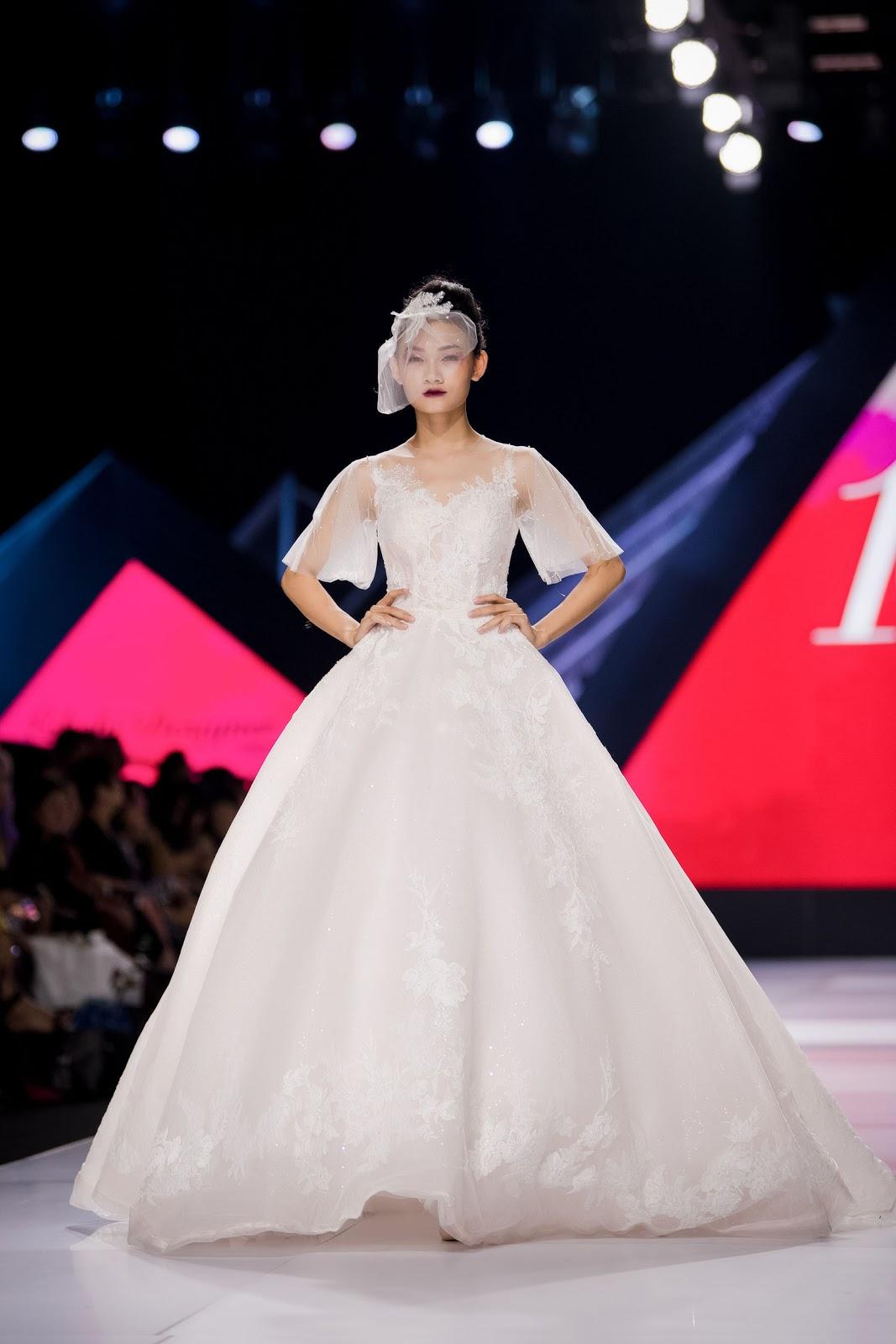 Phillip Nguyễn tình tứ cổ vũ Linh Rin diễn thời trang, Mợ Hai Cao Thái Hà lột xác khi mở màn - Hình 5