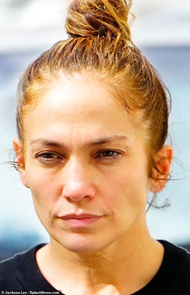 Jennifer Lopez lộ bọng dưới mắt, da nhăn khi để mặt mộc - Hình 2