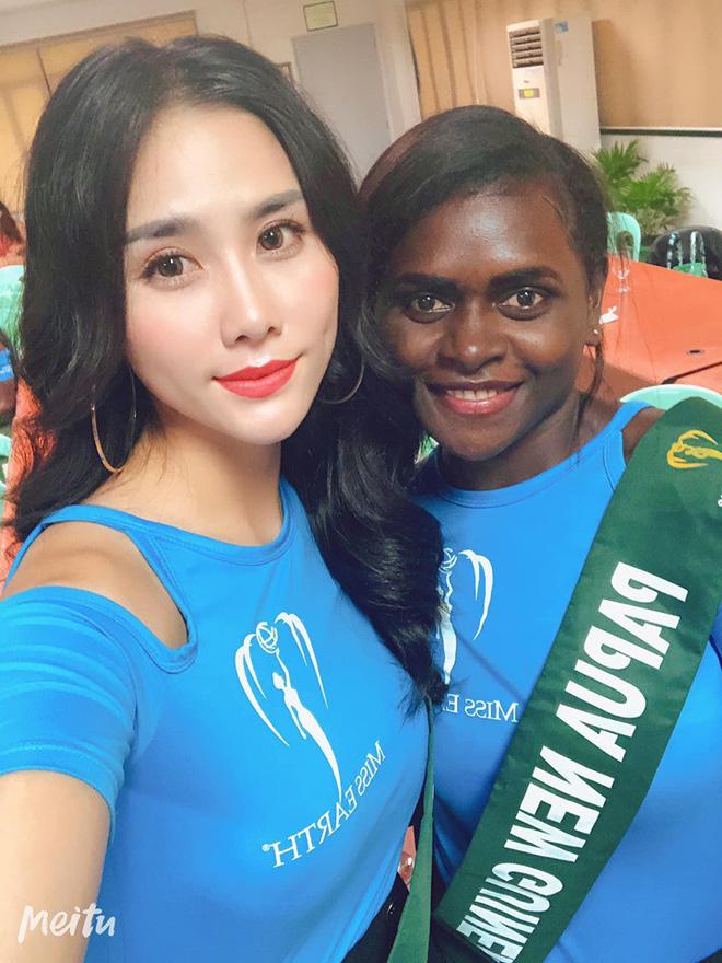 Đại diện Việt Nam ghi điểm với hành động đẹp tại Miss Earth: Cho thí sinh da màu không có trang phục mượn 2 bộ váy dạ hội - Hình 1