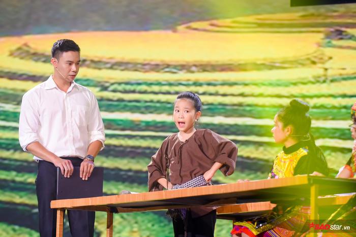 Tinh nghịch hát hit Chí Phèo, Ngọc Nhi khiến cô giáo Hương Giang hãnh diện gọi tên đầu tiên vào Top 9 - Hình 2