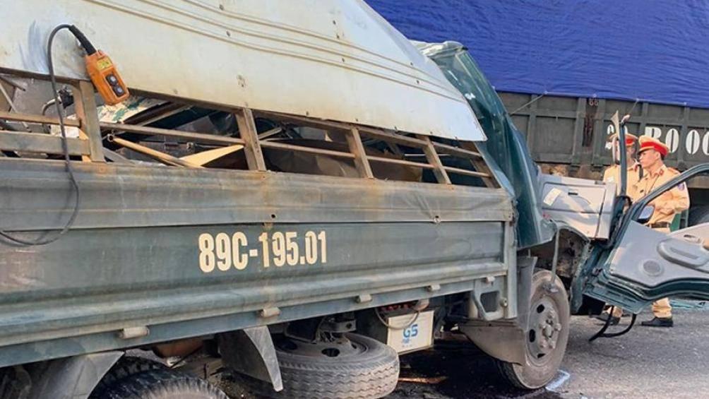 Xe tải đấu đầu xe đầu kéo, 1 người nguy kịch - Hình 1