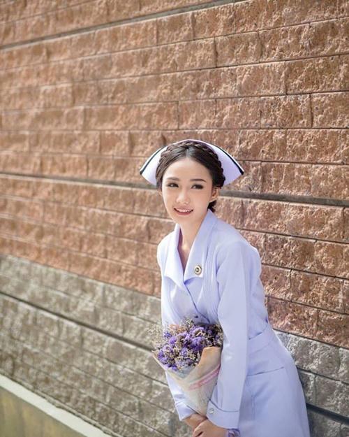 4 nữ y tá, bác sĩ xinh đẹp bị sa thải vì gu thời trang quá bạo so với ngành nghề - Hình 4