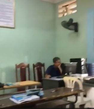 Giờ giải lao, thầy giáo U60 quên tắt máy chiếu khi xem ảnh chân dài' trên laptop khiến học sinh hoang mang  - Hình 2