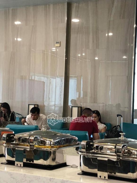 Chưa rõ ly hôn tái hợp thế nào, Lưu Hương Giang - Hồ Hoài Anh lại ngồi cách xa và lạnh lùng tại sân bay - Hình 1