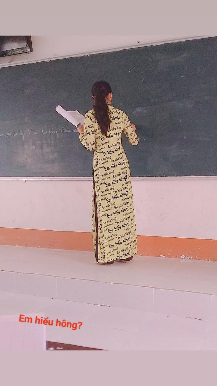 Bắt trend Chị hiểu hông, cô giáo may hẳn áo dài in họa tiết Em hiểu hông khiến CĐM phát cuồng - Hình 1