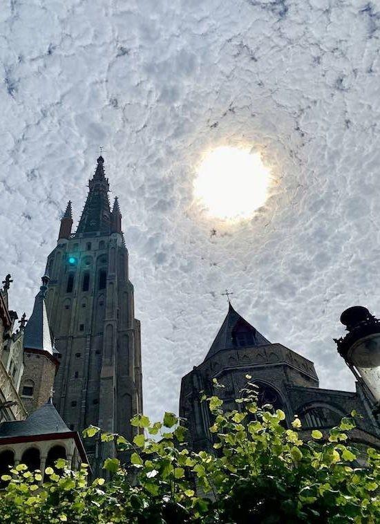 Bức ảnh của du khách chụp bầu trời được cho rằng giống tranh của Van Gogh - Hình 1