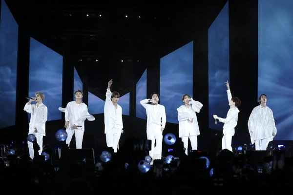 Fan BTS đứng ra mua vé concert cho các ARMY có hoàn cảnh khó khăn, đã thế còn tặng thêm album, lightstick... - Hình 1