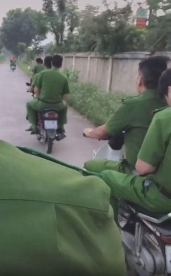Hình ảnh nhóm nam thanh niên mặc quần áo công an không đội mũ bảo hiểm, tống ba khi đi xe máy trên đường - Hình 4