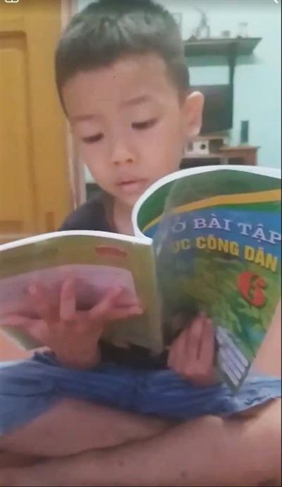 Kỳ lạ cậu bé chưa học chữ đã biết đọc vanh vách sách, truyện ở Hải Phòng - Hình 3