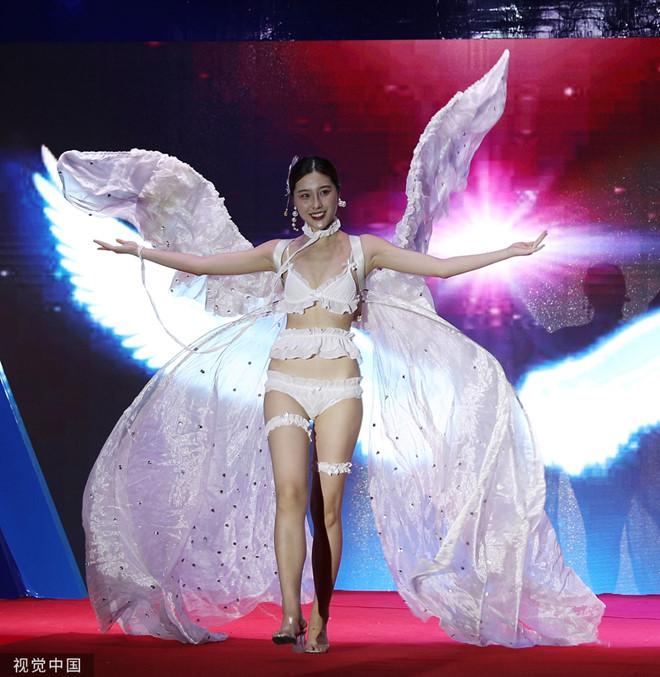 Dàn mẫu mặc bikini kết hợp áo truyền thống Trung Quốc bị chỉ trích - Hình 1