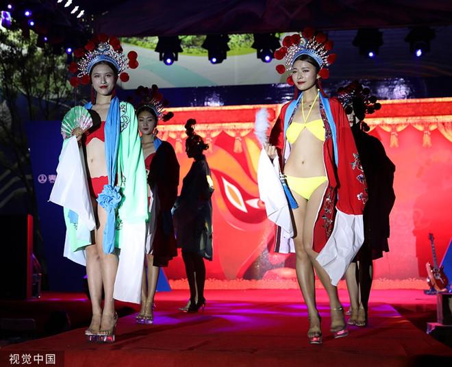 Dàn mẫu mặc bikini kết hợp áo truyền thống Trung Quốc bị chỉ trích - Hình 2
