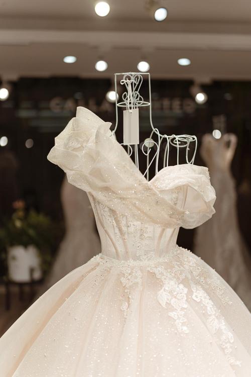 Váy cưới lấy cảm hứng từ đóa Calla nở rộ - Hình 3