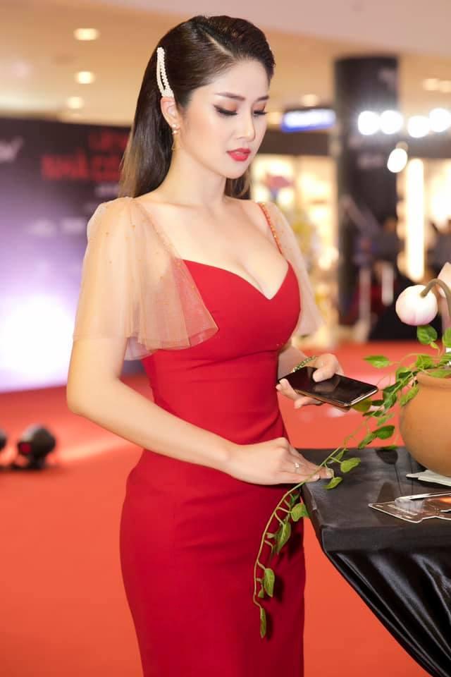 Vợ cũ Phan Thanh Bình: Xưa vòng 1 mỏng, nay ngực nâng để ra chất lẳng lơ trong phim - Hình 7