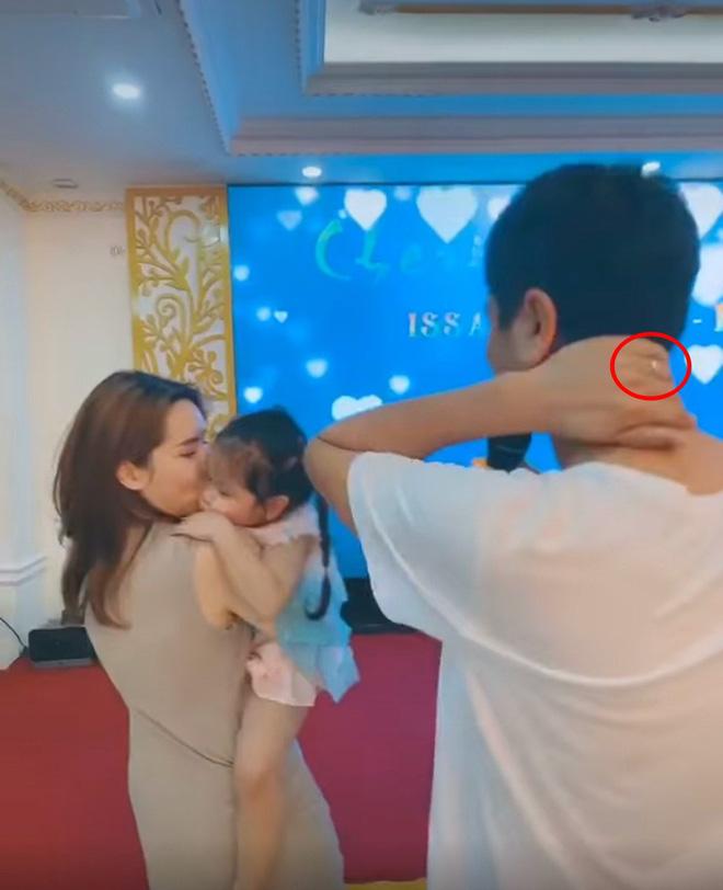 Hồ Hoài Anh lần đầu lộ diện cùng Lưu Hương Giang và con gái sau ồn ào ly hôn, đồ vật đặc biệt trên tay gây chú ý - Hình 1