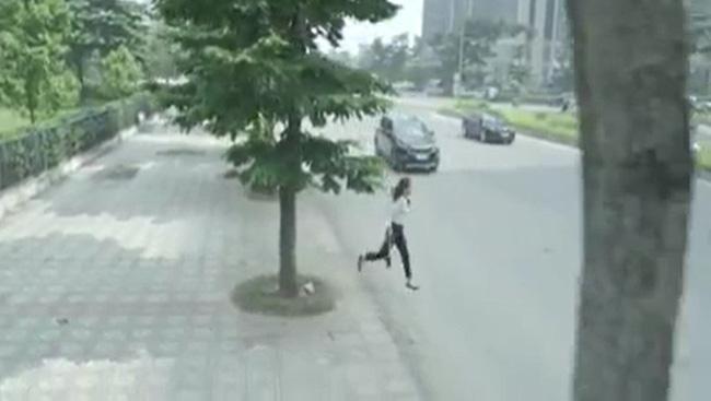Hoa hồng trên ngực trái: Xót xa cảnh Khuê ôm con rời nhà Thái còn suýt bị ô tô đâm sau ly hôn - Hình 3