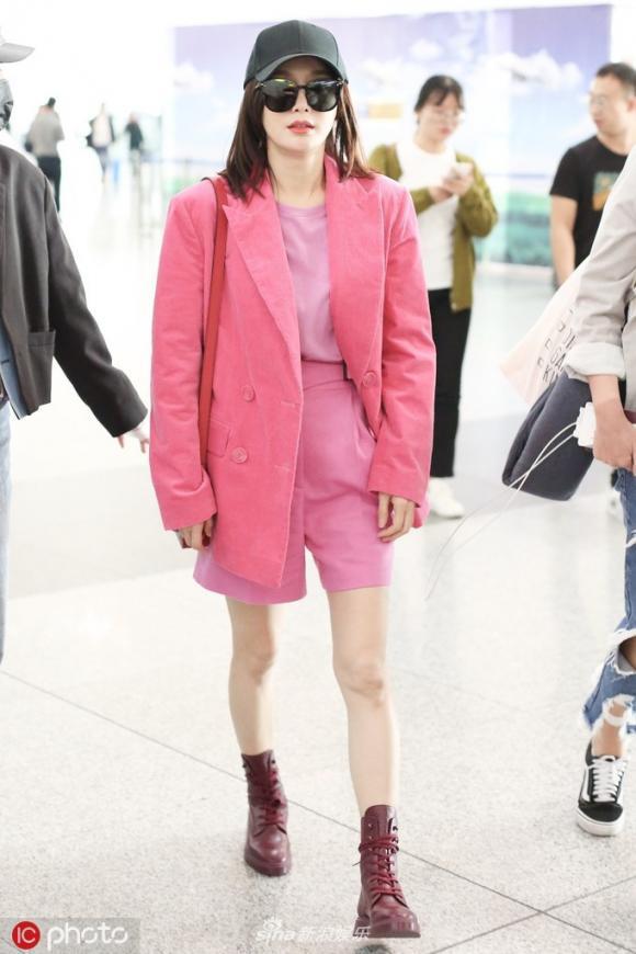 Phú Sát Hoàng hậu Tần Lam nổi nhất sân bay vì chơi cả cây hồng sáng rực - Hình 1