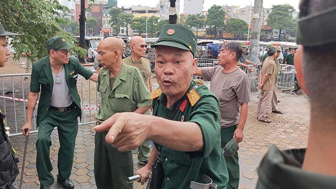 Thương binh trèo cổng VFF đòi mua vé ĐT Việt Nam đấu Malaysia - Hình 2