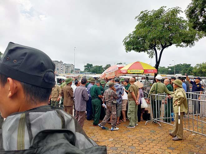 Thương binh trèo cổng VFF đòi mua vé ĐT Việt Nam đấu Malaysia - Hình 1