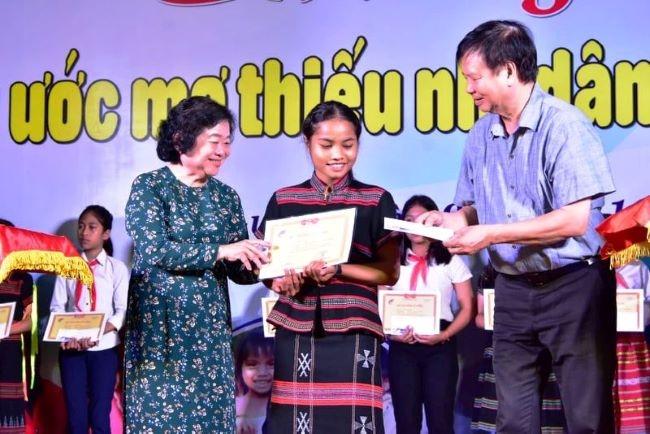 Trao học bổng Vừ A Dính cho 220 học sinh dân tộc thiểu số Thừa Thiên - Huế - Hình 1