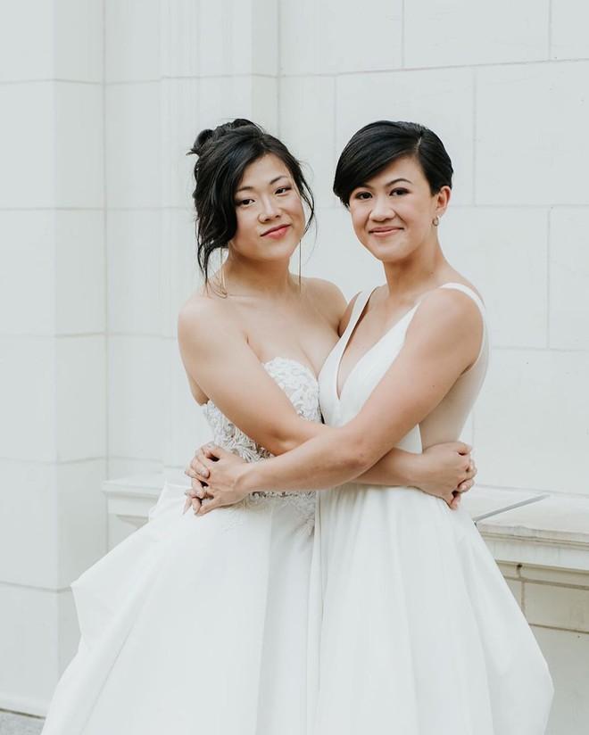 Hai cô dâu nâng tạ trong đám cưới đồng giới thay vì cắt bánh, nâng ly - Hình 2