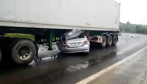 Đắk Nông: Ô tô 4 chỗ chui vào gầm container, 2 người tử vong - Hình 2