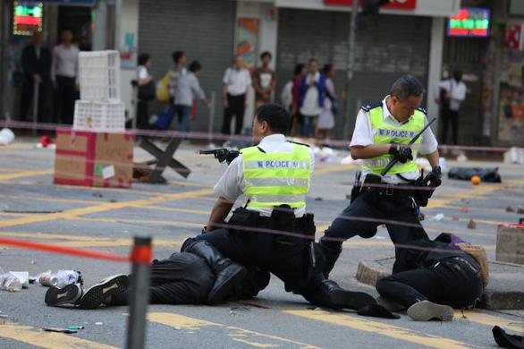 Cảnh sát Hong Kong bắn vào ngực người biểu tình phát trực tiếp trên Facebook - Hình 1