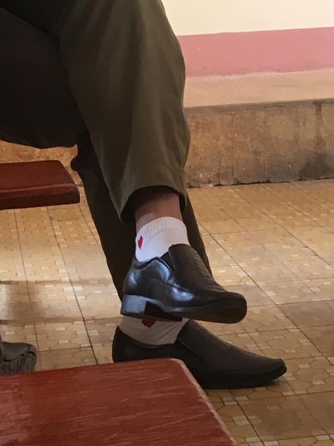 Lơ là trong phút chốc, nhiều thầy cô giáo bị đám học trò tinh mắt soi thấy hiện tượng lạ ở chân! - Hình 2