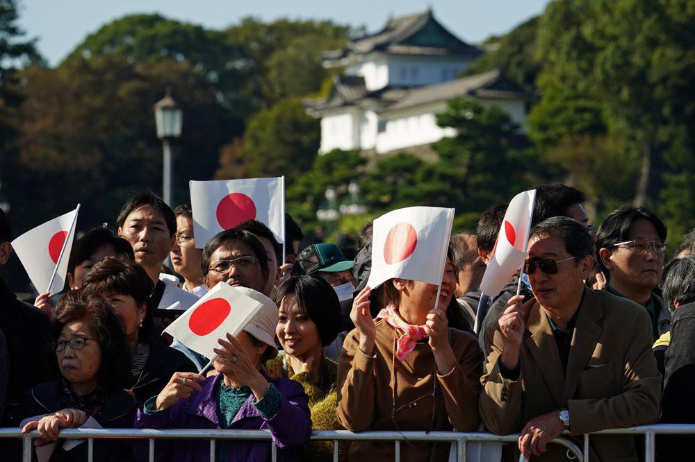 Nhật hoàng Naruhito và Hoàng hậu diễu hành ra mắt người dân Nhật Bản - Hình 1
