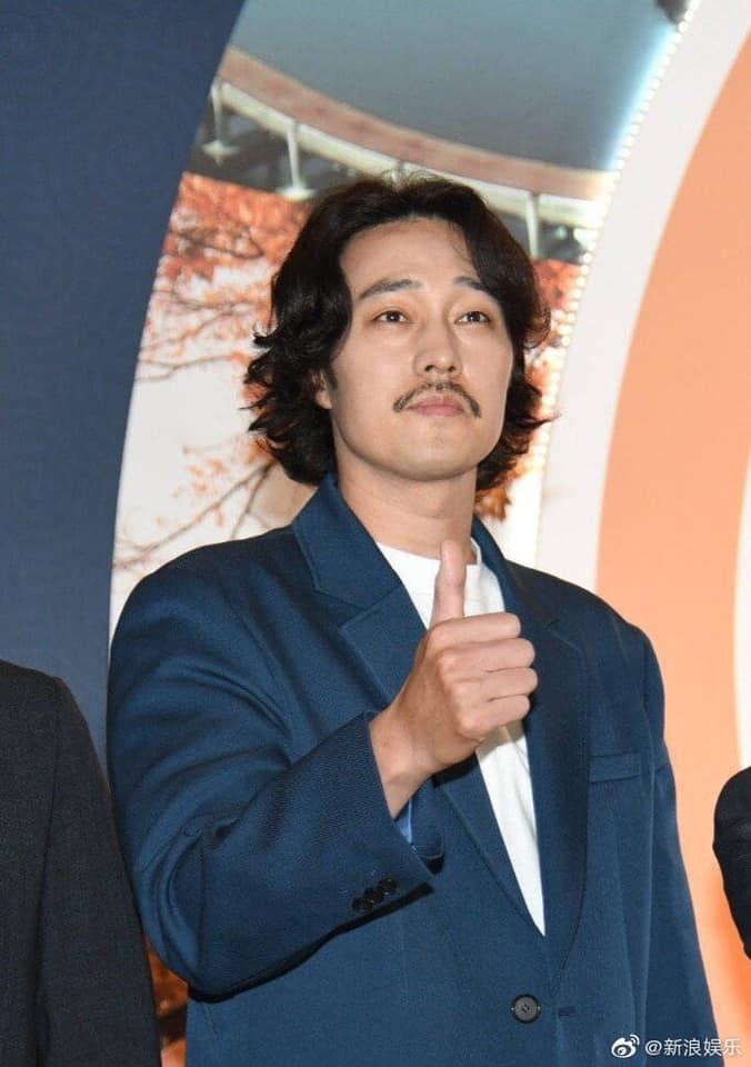 Vài tháng sau khi có bạn gái, nam tài tử So Ji Sub xuất hiện với hình ảnh xuề xòa râu ria khiến fan hết hồn - Hình 1
