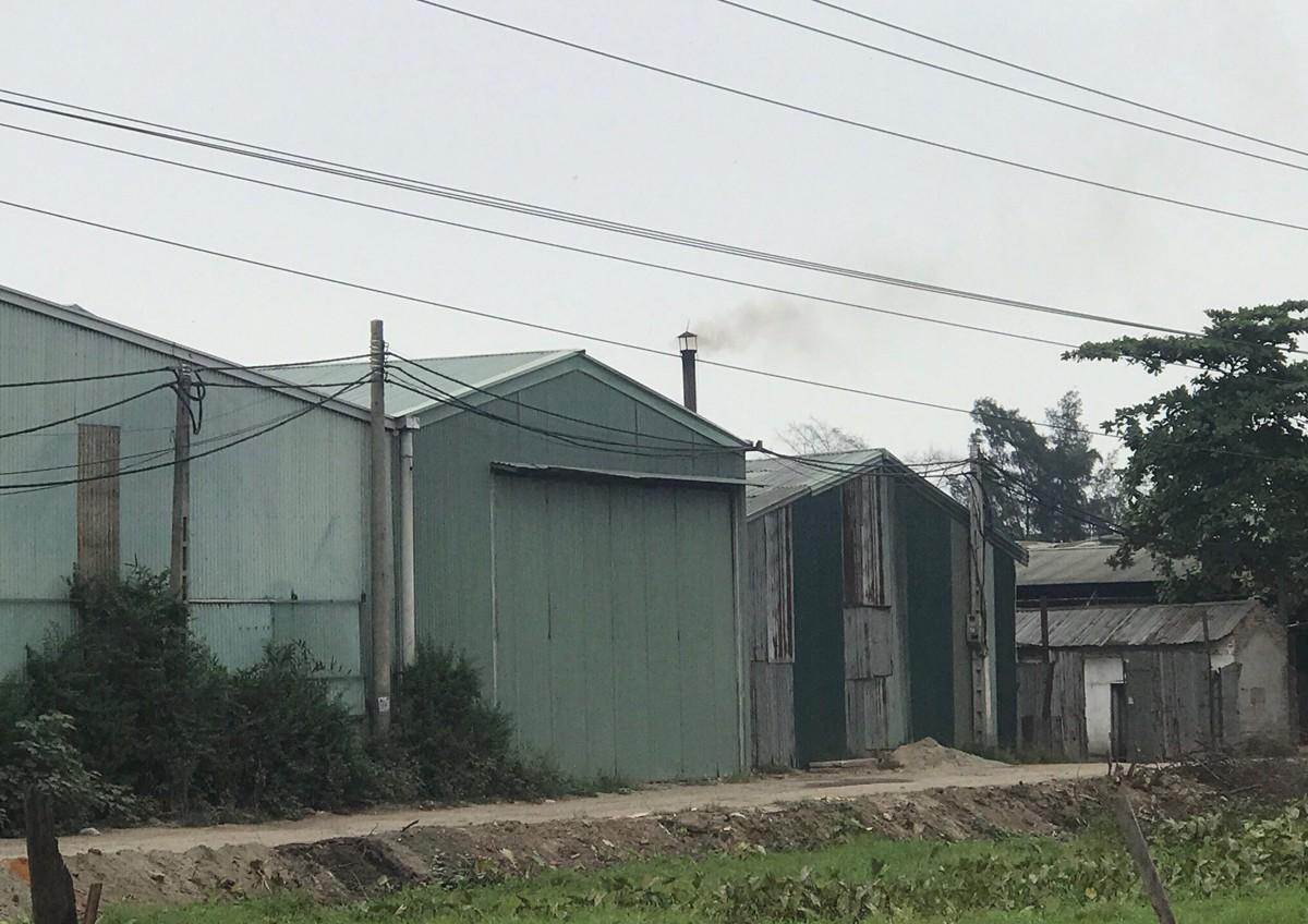 Cận cảnh nhà xưởng xả khói đen khét lẹt giữa khu dân cư Hà Nội - Hình 1