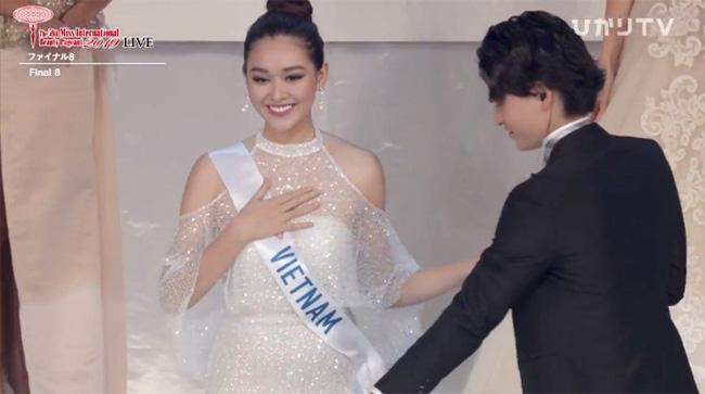 Chuyện thú vị phía sau bộ váy trắng lấy may mà Tường San đã mặc tại Chung kết Miss International 2019 - Hình 1