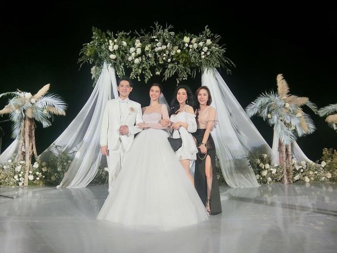 Cuối cùng em gái Ông Cao Thắng cũng chịu khoe ảnh chụp chung với cô dâu chú rể ở Phú Quốc rồi! - Hình 1