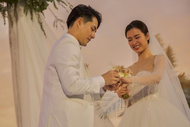 Dân tình cứ xì xầm Đông Nhi - Ông Cao Thắng không đeo nhẫn cưới sau khi kết hôn, nhưng sự thật là gì? - Hình 1