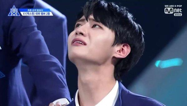 Mấy tháng trước ai cũng khóc thương tiếc nuối cho Lee Jin Hyuk vì không được debut với X1, giờ thì hoàn toàn ngược lại - Hình 1