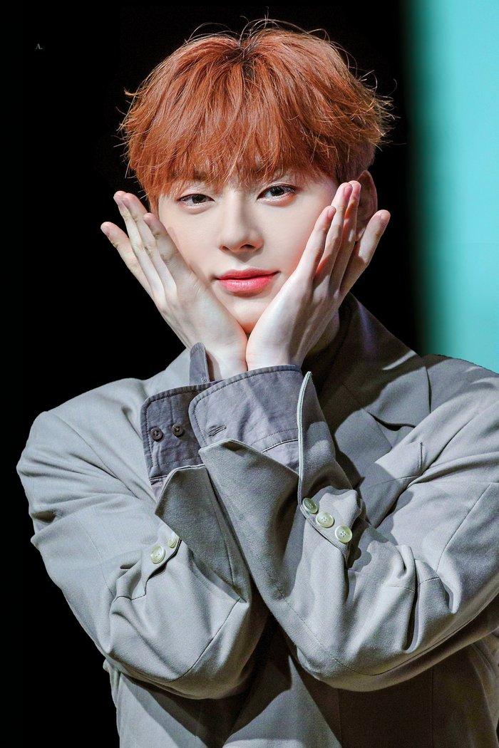 Minhyun nhận mưa lời khen với hành động kéo dài thời gian trò chuyện cùng fan tại buổi ký tặng - Hình 1