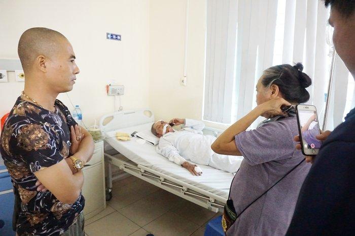 Nhiều người tìm đến bệnh viện giúp đỡ cụ ông 80 tuổi bị tài xế xe ôm hành hung rạn xương sườn, chấn thương nặng - Hình 1