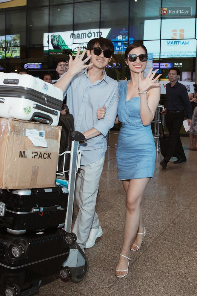 Vợ chồng son Đông Nhi và Ông Cao Thắng rạng rỡ khoe nhẫn cưới, tay trong tay đáp chuyến bay trở về sau hôn lễ thế kỷ tại Phú Quốc - Hình 1