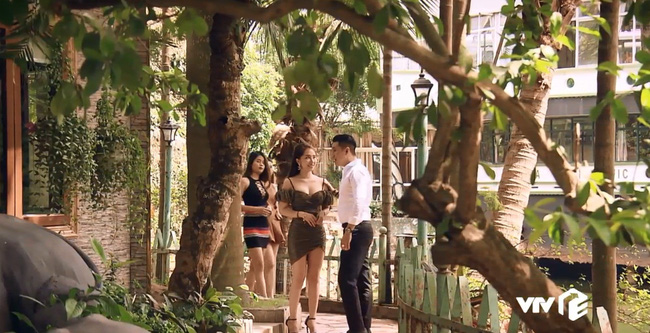 Sinh tử tập 7: Việt Anh điều Quỳnh Nga tiếp khách nhưng mắt lại không rời khỏi bộ ngực của cô nàng - Hình 1