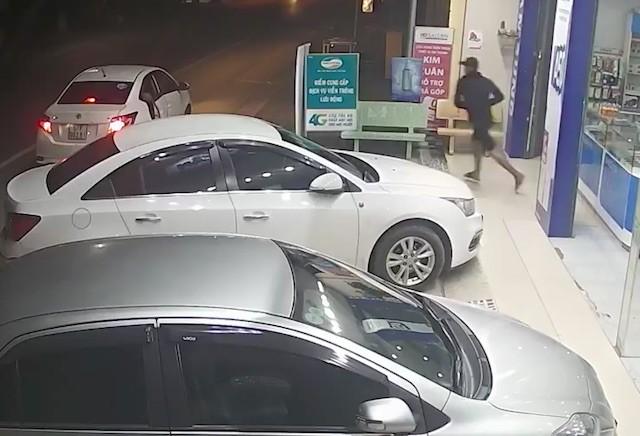 Đi ôtô vào cửa hàng cướp 3 iPhone - Hình 2