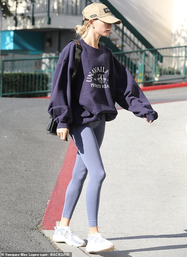 Justin Bieber mặc đồ xuề xòa, tạo dáng nhí nhảnh chờ vợ tập thể thao - Hình 2