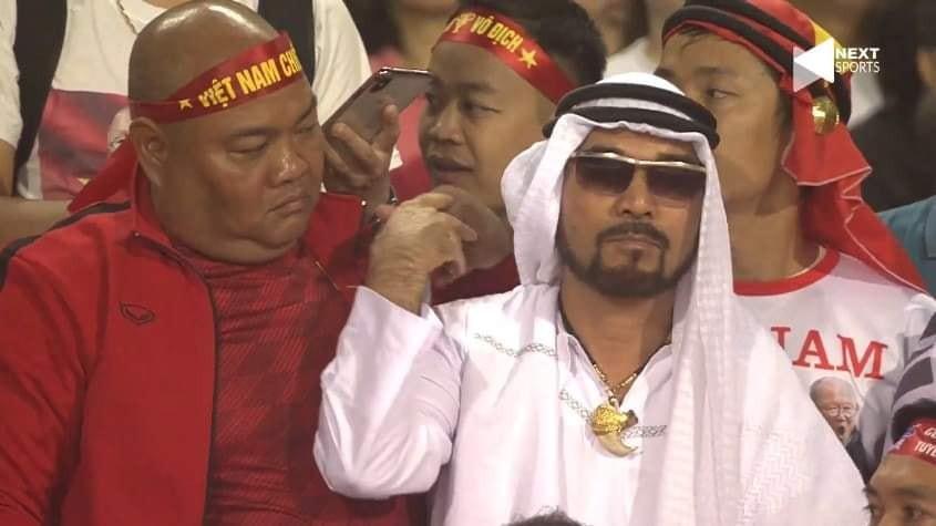 Một cổ động viên UAE lọt thỏm giữa biển người Việt, trò chơi mạo hiểm là đây! - Hình 2