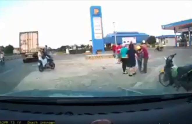 Clip: Kinh hoàng khoảnh khắc cháu bé ngã lộn ngửa ra sau, người bố mất lái lao xe máy thẳng cột bê tông phía trước sau pha va chạm với ô tô - Hình 2