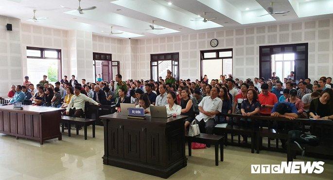 Đà Nẵng: Hàng trăm bị hại gây náo loạn trước sân tòa án - Hình 1