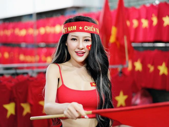 Đăng ảnh ăn mừng đội tuyển Việt Nam, Ngân 98 bị cộng đồng mạng ném đá dữ dội: Vô giáo dục, phản cảm - Hình 1