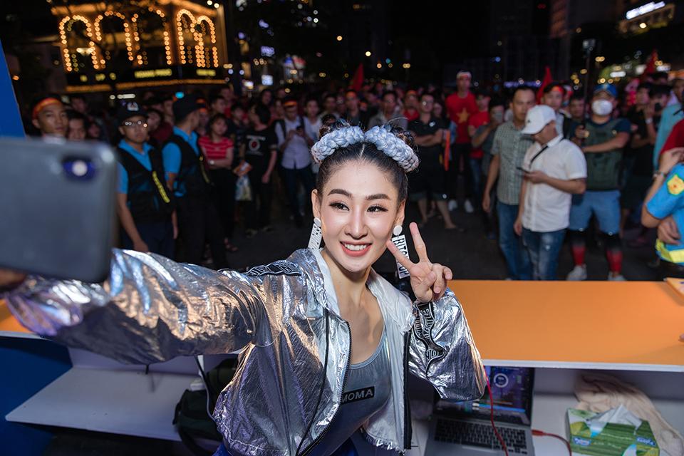 Sút thủng lưới UAE, Tiến Linh được DJ gợi cảm nhất châu Á tỏ tình - Hình 1