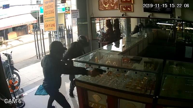 Hai tên cướp tiệm vàng ở Hóc Môn gây án như thế nào - Hình 2