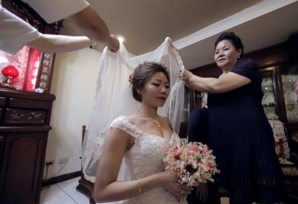 Ngày em tái hôn, con gái 7 tuổi khóc nức nở đòi theo mẹ mà chồng mới cứ giằng lại - Hình 1